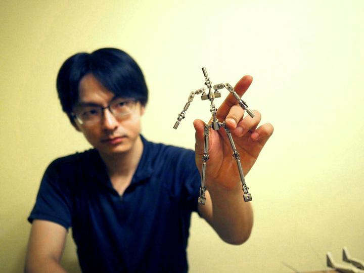 擅長手創的動畫施張軒愷積極研製金屬骨架。圖/新北市文化局提供