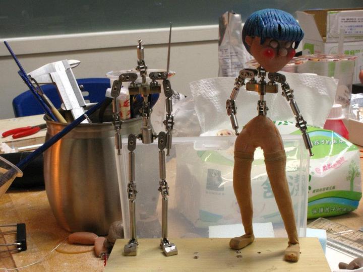 團隊研發獨創的金屬骨架與矽膠翻模半成品。圖/新北市文化局提供