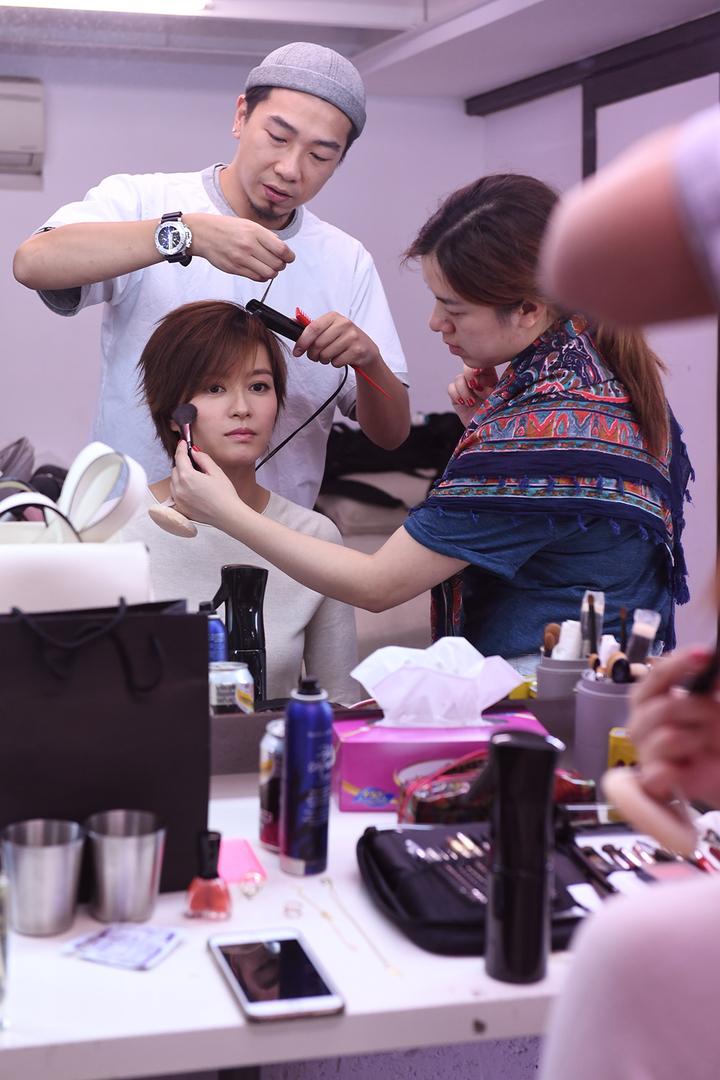 梁詠琪為拍攝專輯封面化妝。圖/得意智文創提供