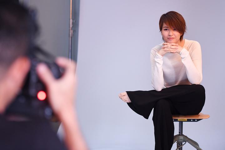 梁詠琪拍攝專輯封面照。圖/得意智文創提供