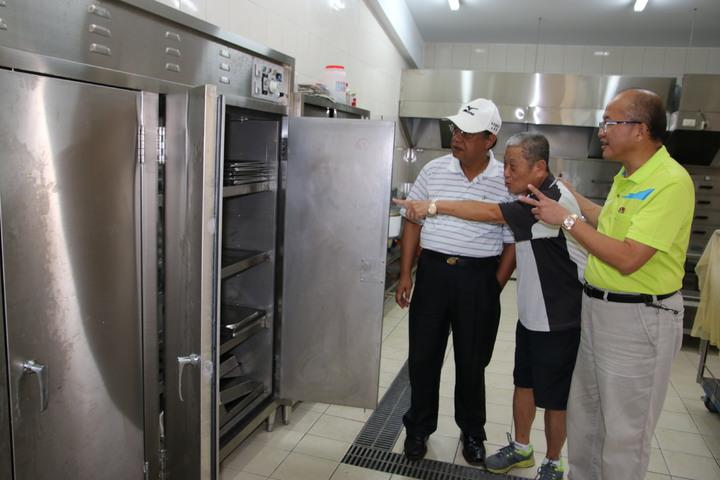 文武廟總經理黃宋華(中)今天邀議員蕭志全(右)與石慶龍(左)前來關心供餐中心廚房設備爭取補助充實設備。記者黃宏璣/攝影
