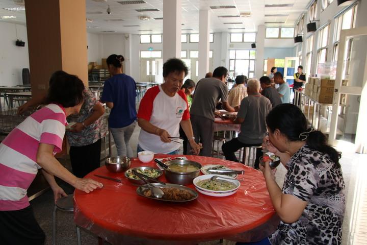 社區老人則就近來活動中心用餐,吃得津津有味。記者黃宏璣/攝影