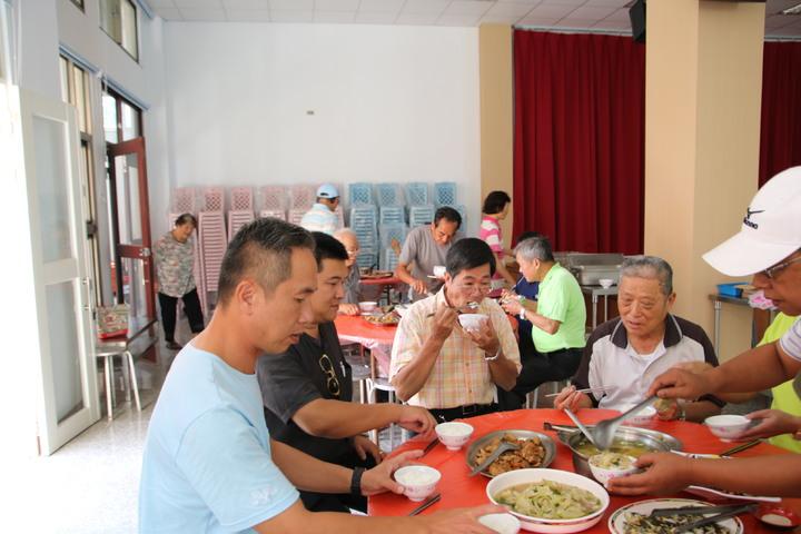 南投縣魚池鄉公所在新城村等3地開辦供餐服務,其中新城供餐中心每月供應120至150人份午餐,社區老人則就近來活動中心用餐,吃得津津有味。記者黃宏璣/攝影