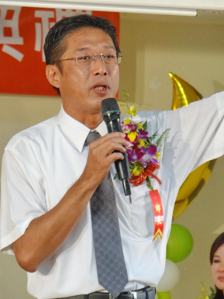 新選出的民進黨口湖鄉長林哲凌(右)今天宣誓就職。記者蔡維斌/攝影