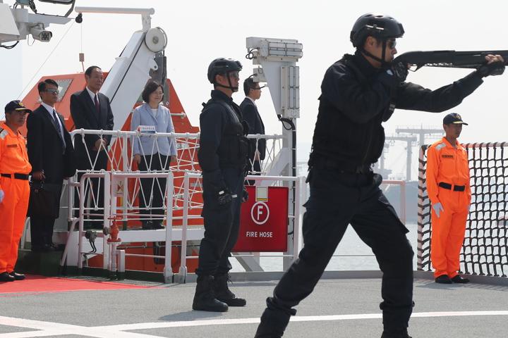 海巡署在屏東艦驗收海巡編裝成果,模擬低致命武器示範。圖/海巡署提供
