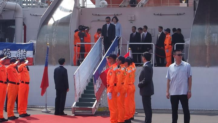 總統蔡英文今天登上屏東艦視察結束後走下艦艇。記者劉星君/攝影
