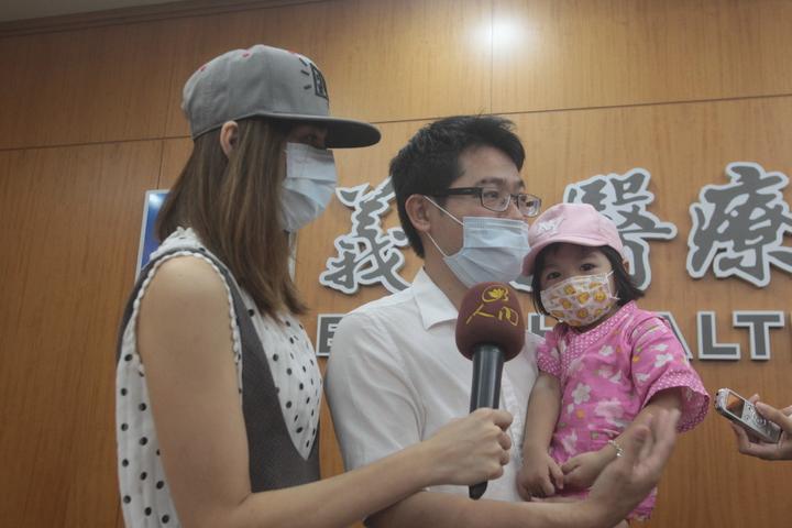 錢小妹妹(右一)罹患的腎臟鹿角結石,發生率低於2%。記者王昭月/攝影