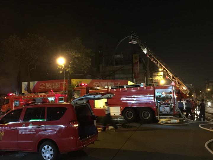 鳳山建國市場暗夜大火,上百攤位燒毀,波及一旁全國電子。記者劉星君/翻攝