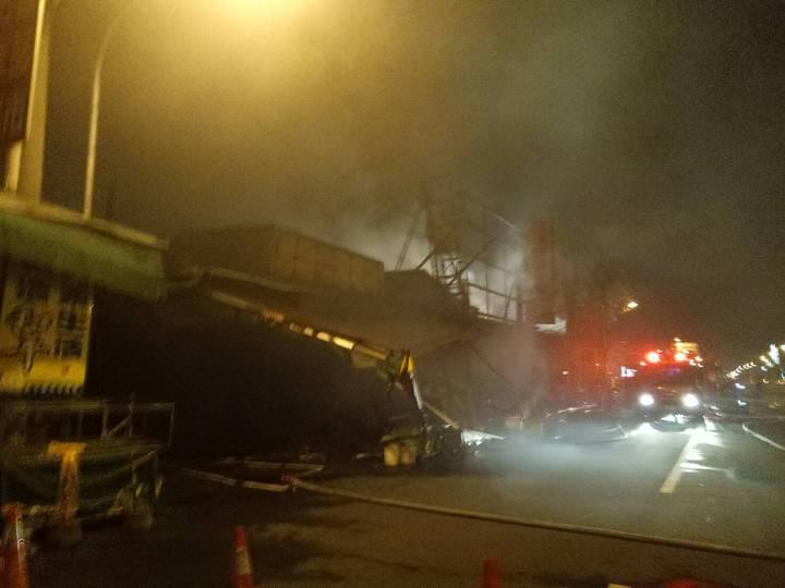 鳳山建國市場暗夜大火,上百攤位燒毀。記者劉星君/翻攝