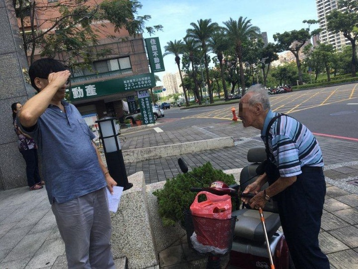 督察組警務員鄭祥佑將二瓶酒送還李老先,並對他行禮致敬。圖/三民一警分局提供