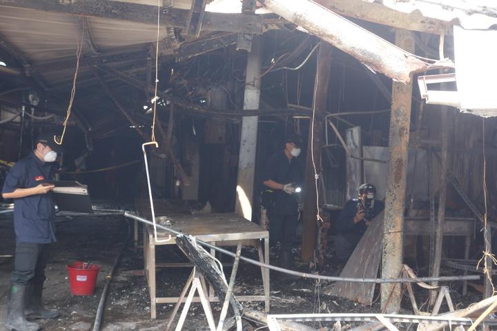 消防局火調人員到場調查,釐清火警發生原因。記者劉星君/攝影