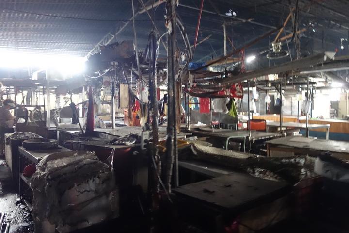 建國市場的攤商遭大火波及,約有三分之一攤商受到影響。記者劉星君/攝影