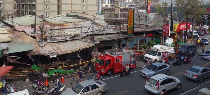 高市鳳山區建國市場遭火燒,鳳松路上五家店面燒毀。記者劉星君/攝影