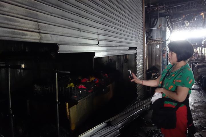 建國市場內的吳姓服飾業者無奈的說,都燒了,損失慘重。記者劉星君/攝影