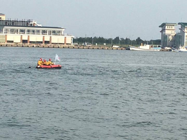 五一岸巡大隊員出動救生艇,演練釣客落海等搶救項目。圖/五一岸巡大隊提供