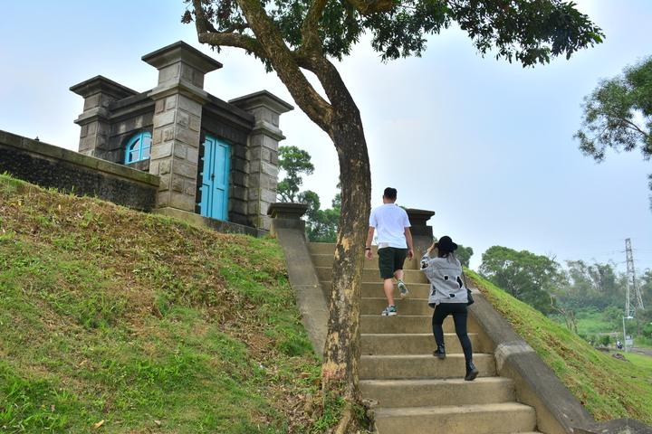 台南山上淨水池城堡式建築,吸引年輕情侶。記者吳淑玲/攝影