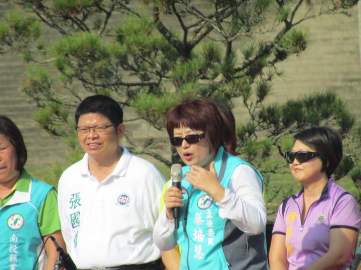 不分區立委蔡培慧(右二)在草地音樂會中致詞。記者張家樂/攝影