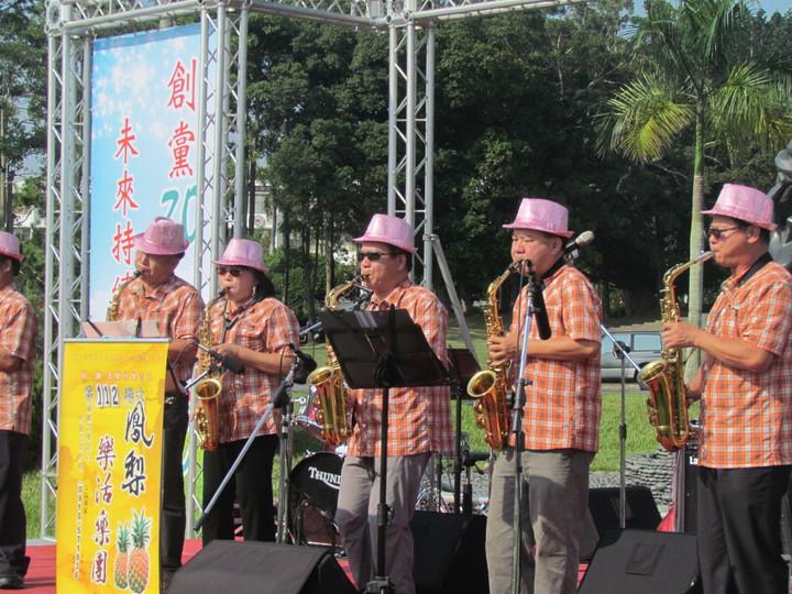 民進黨南投縣黨部慶祝創黨三十年,下午舉辦「草地音樂會」。記者張家樂/攝影