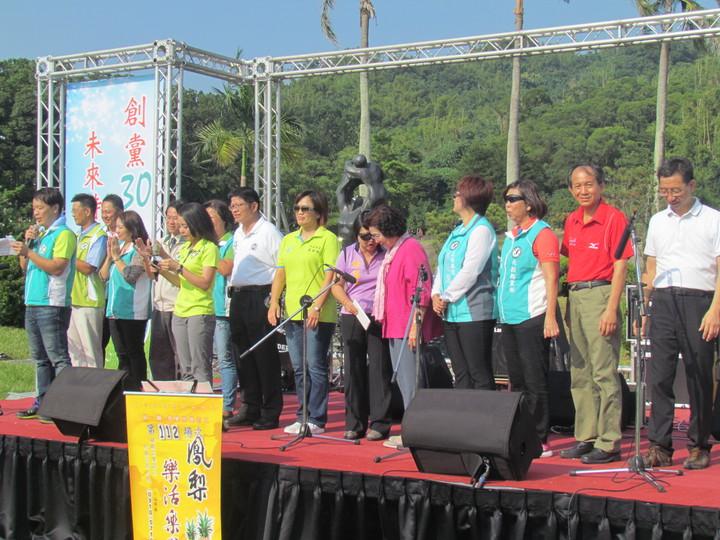 民進黨南投縣黨部慶祝創黨三十周年,今天下午在中興新村舉辦草地音樂會,綠營民代上台致意。記者張家樂/攝影