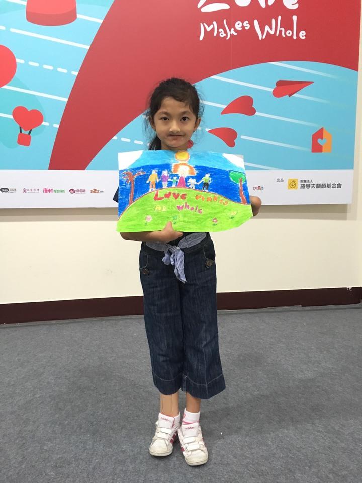 來自菲律賓9歲的梅蘭妮,以蠟筆彩繪,畫作名稱「我的幸福快樂」。記者黃安琪/攝影