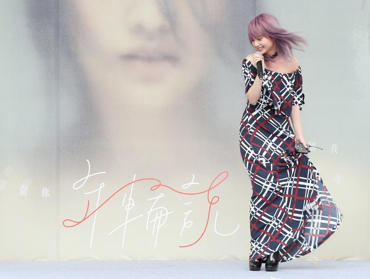 楊丞琳強風中簽唱。記者陳立凱/攝影