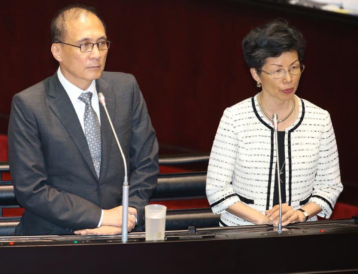 綠營立委下午在立法院質詢時指出,多名民進黨立委前往香港簽證遭拒,「逢綠必擋」未來兩岸如何溝通?行政院大陸委員會主任委員張小月(右)說,香港作法非常不恰當,會繼續努力。記者陳正興/攝影
