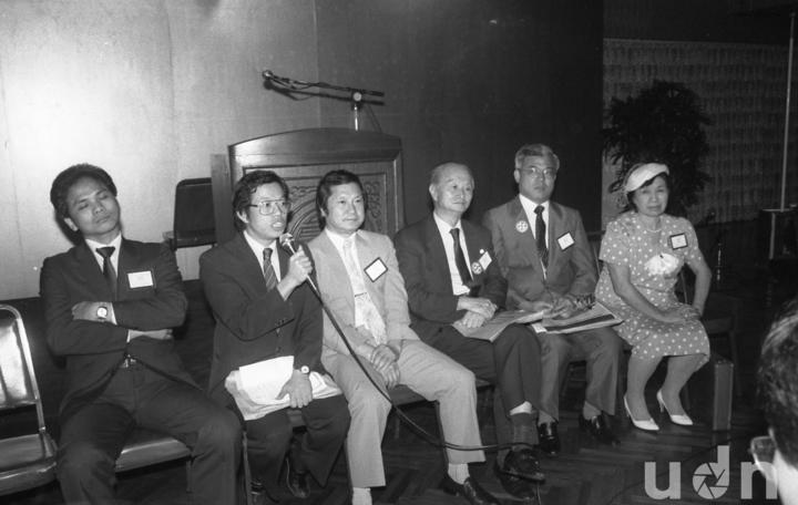 民進黨創黨集會在風聲鶴唳的緊張情氣氛中舉行,左起:游錫&#22531、謝長廷、顏錦福、費希平、尤清、黃玉嬌。記者徐燦雄/攝影。(攝於1986/09/28)