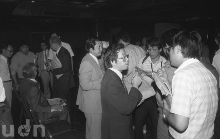 民進黨創黨集會在風聲鶴唳的緊張情氣氛中舉行,中間為謝長廷。