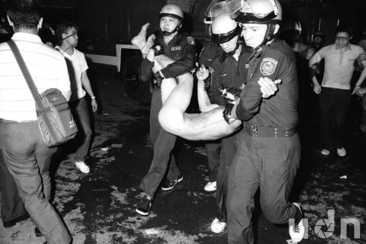 石塊紛飛,棍棒交擊,一場農民請願的街頭活動卻演變成血淋淋的「街頭肉搏戰」,警方強制帶走一名幾近全裸的民眾。(攝於1988/05/21)