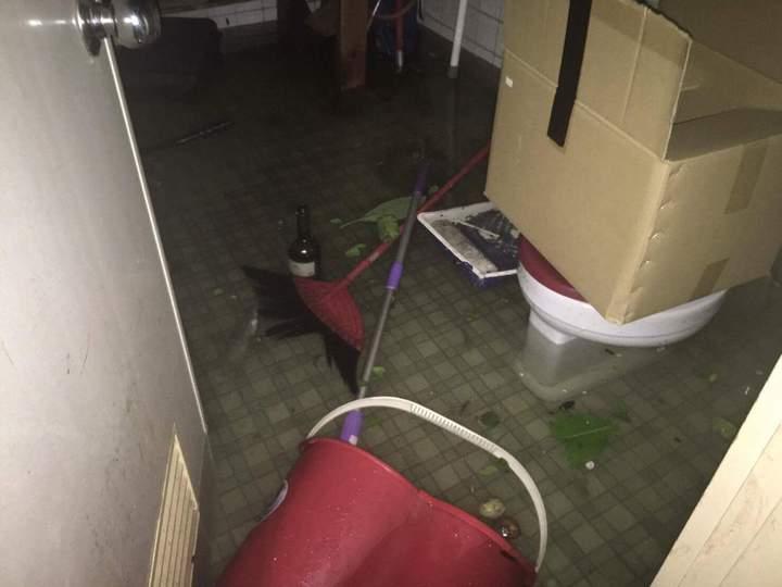 安平路旁民宅遭海水、雨水入侵,水深30公分。圖/讀者BUZZ WANG提供