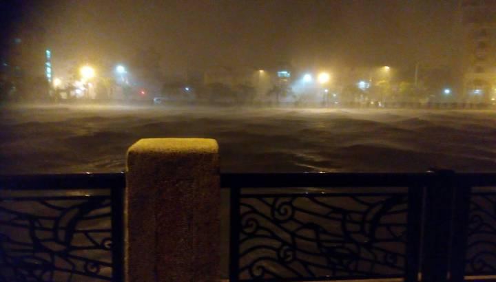 安平運河逢大潮,排水不及,淹往兩側路面,積水已達30公分。記者鄭宏斌/翻攝