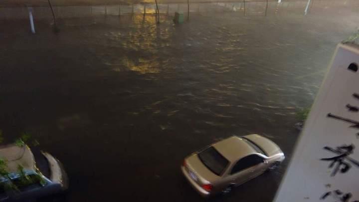 安平運河逢大潮,排水不及,淹往兩側路面,積水已達30公分。圖/讀者BUZZ WANG提供