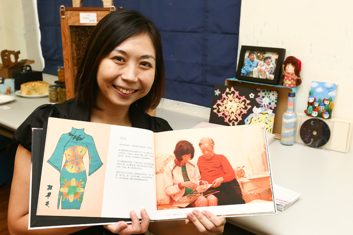 新活藝術創辦人康思云讓老人運用視覺藝術創作留存生命故事。記者王騰毅/攝影