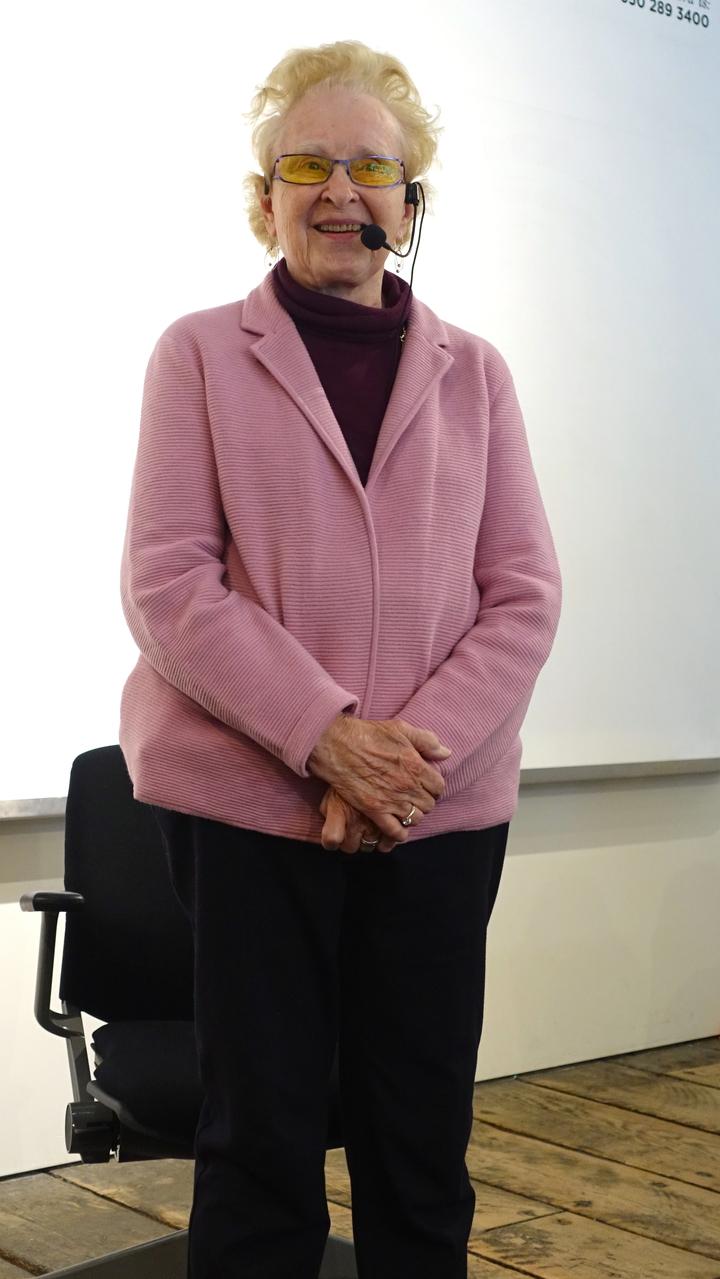 05:高齡設計師芭芭拉.貝斯金身體相當健朗,站立演說也難不倒她。記者江慧珺/攝影