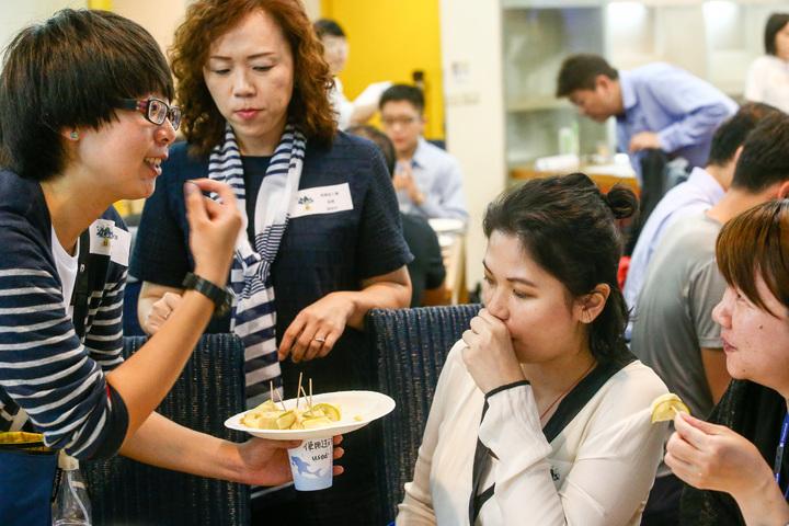 03:第2屆社企流iLab社會企業育成計畫的年輕創業家趙翊,以蛋糕讓大家搭配她農食研究室的檸檬產品,品嚐加工後更濃郁的甜香。  記者王騰毅/攝影