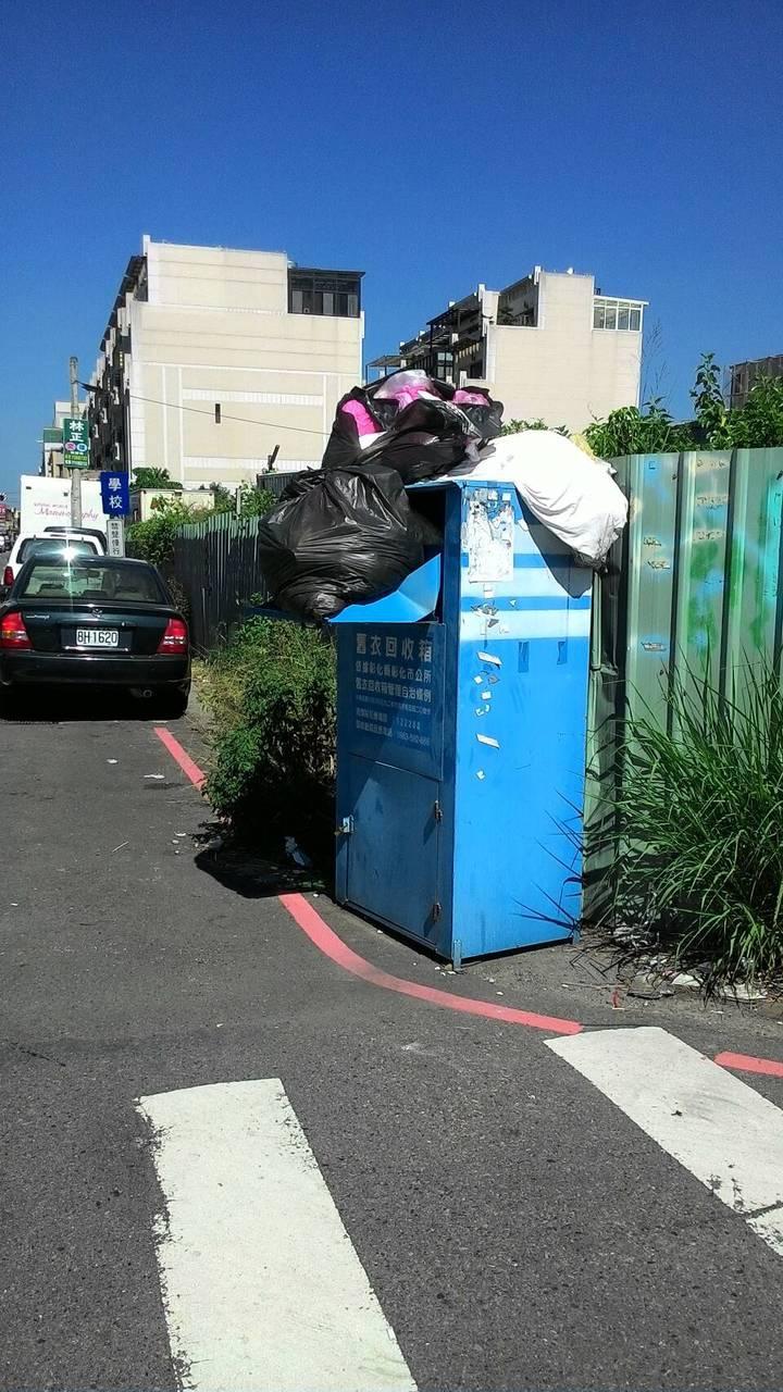 舊衣回收箱被丟滿垃圾,讓業者相當頭痛。圖/彰化市清潔隊提供