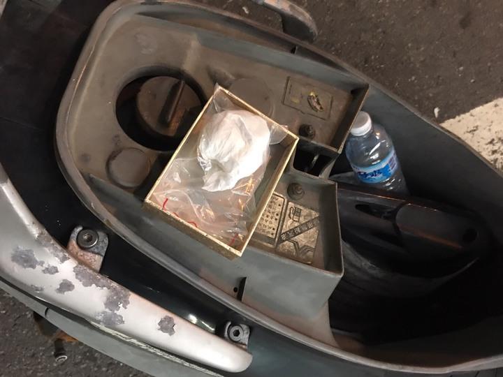 高雄市商姓男子涉持有子彈及毒品,藏在騎乘機車置物箱,遭員警查獲。圖/楠梓警分局提供