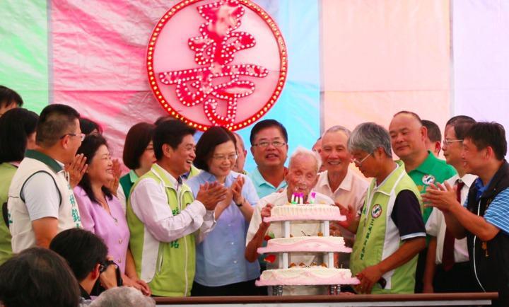 蔡英文在立委吳琪銘等人陪同下,今至三峽替110歲人瑞林阿公慶生。記者連珮宇/攝影