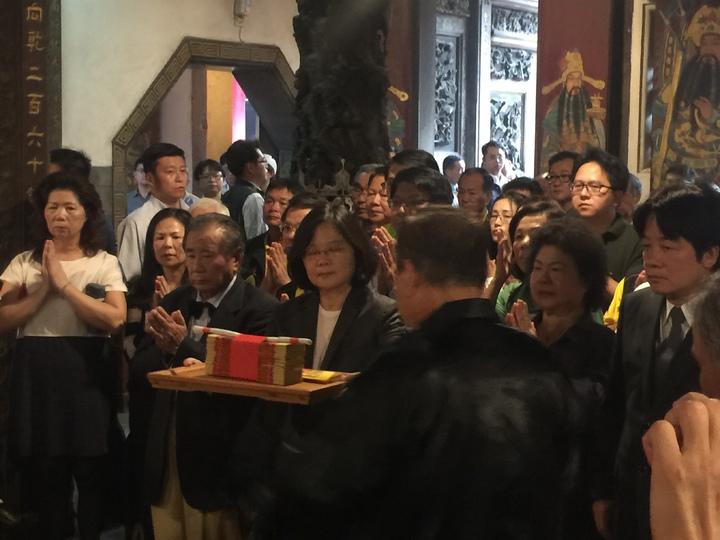 蔡英文總統到南鯤鯓上香。記者吳政修