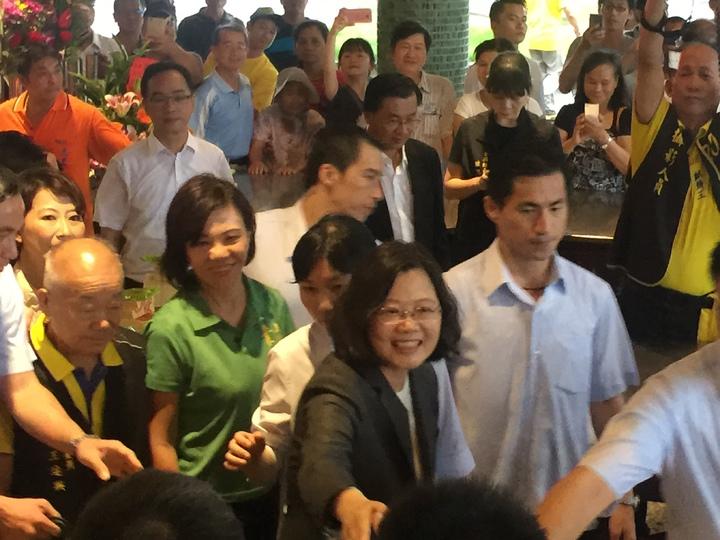 蔡英文總統民眾握手。記者吳政修/攝影