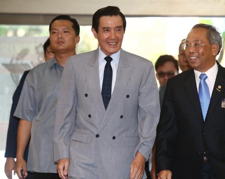 前總統馬英九(中)出席國際同濟會台灣總會主席交接典禮,針對媒體提問蔡英文總統日前的力抗中國言論,他一律笑而不答不願回應。