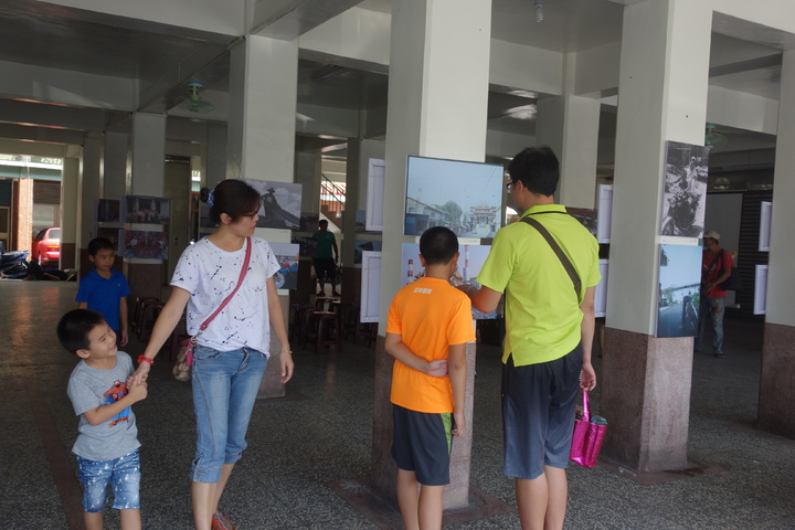 高雄一群青年組成「高雄好過日協會」,在大林蒲舉辦影像展,希望透過影像記錄凝聚在地人的社區意識,影像展在廟埕展出。記者劉星君/攝影