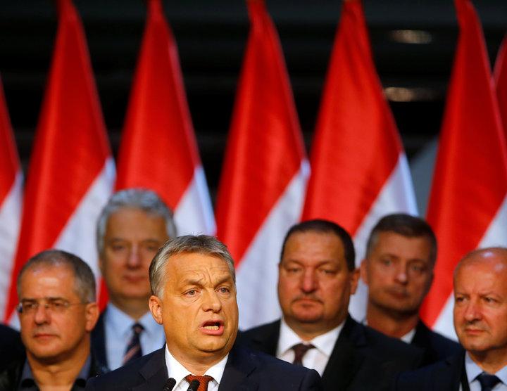匈牙利2日針對反歐盟難民配額舉行的公投結果出爐後,總理奧班(前)在布達佩斯發表談話。(路透)