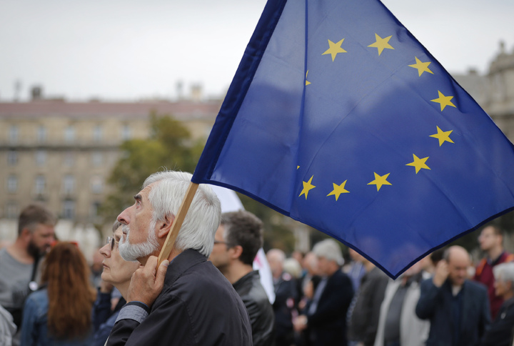 匈牙利的反歐盟移民配額公投,2日儘管有高達99.8%的選民投下贊成票,但投票率未達50%的有效門檻。圖為當日有民眾帶著歐盟旗幟,表達反對總理奧班的反移民立場。(美聯社)