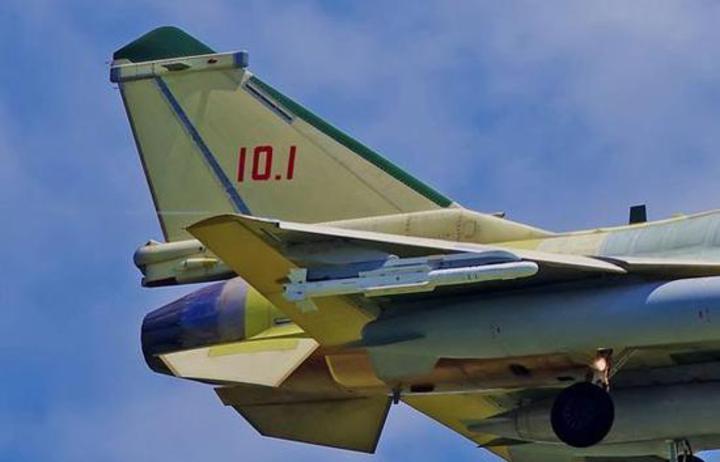 殲-10C戰機垂直尾翼末端的電子對抗天線。(觀察者網)