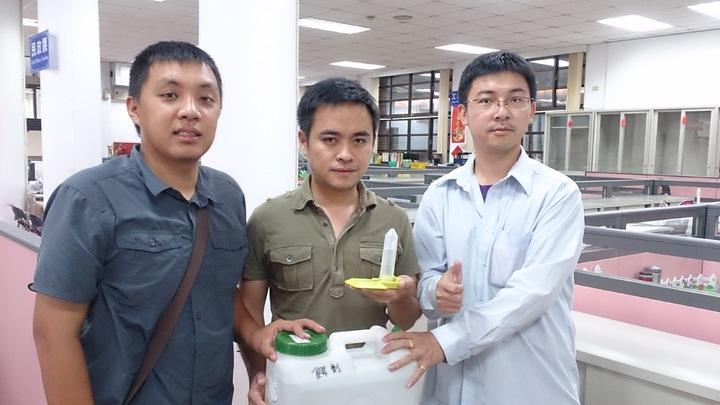 為防治疣胸琉璃蟻災,集集鎮長陳紀衡(中)請來生物科技專家研發兩款餌劑及噴劑,獲致不錯的成效。記者黑中亮/攝影