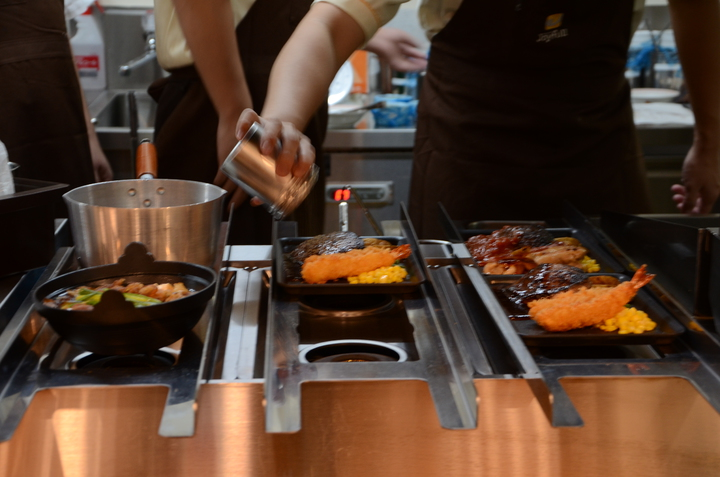Joyfull出餐前會放在保溫區,確保餐點熱騰騰的上桌。記者黃冠穎/攝影
