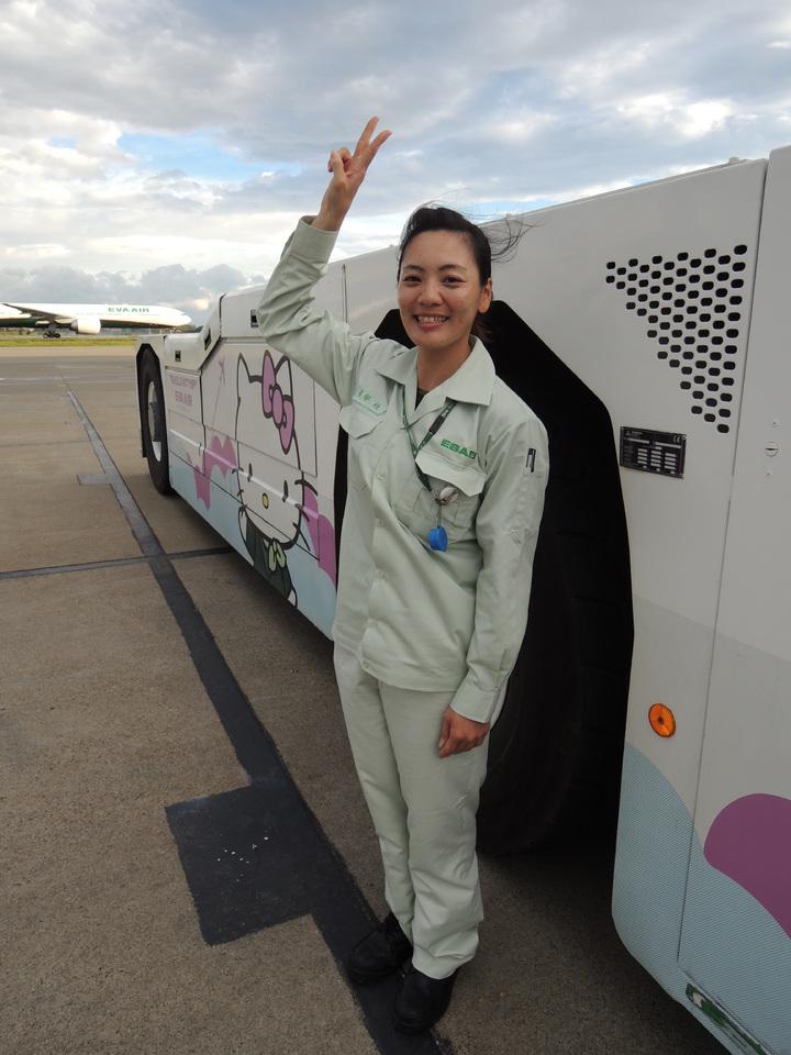 個子嬌小的張郁欣開著輪跟她一般高的航機拖車,讓朋友都覺得超酷。記者邱瓊平/攝影