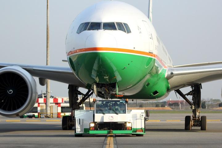 長榮航勤的航機拖車駕駛員張郁欣是台灣航空站地勤作業界第一名女性航機拖車駕駛。圖/長榮航勤提供