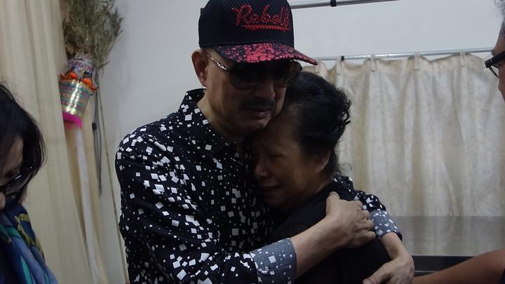 余天看到郭妻,抱頭痛哭,相當不捨。記者劉星君/攝影